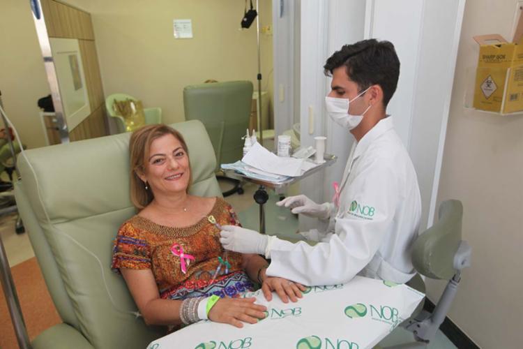 Diagnosticada com câncer de mama, Kátia Kraychete, 56 anos, fez seis sessões de quimio com a crioterapia e não teve queda de cabelo - Foto: Margarida Neide | Ag. A TARDE