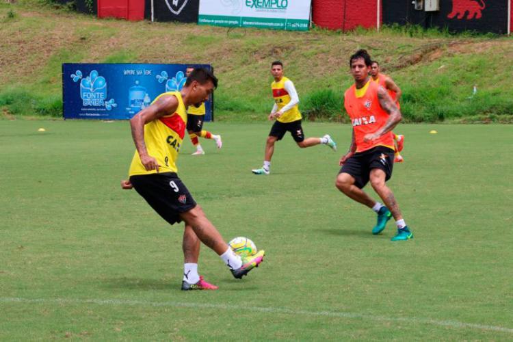 O atacante Kieza e o zagueiro Victor Ramos durante treinamento - Foto: Francisco Galvão   EC Vitória