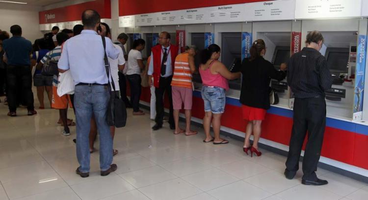 A partir desta segunda, 19, as agências voltam a funcionar de 10 às 16h - Foto: Lúcio Távora | Ag. A TARDE