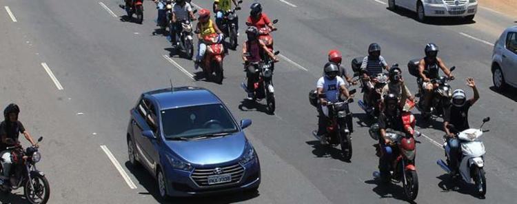 Condutores de cinquentinhas protestam nesta quarta-feira em Salvador - Foto: Luciano da Matta l Ag. A TARDE