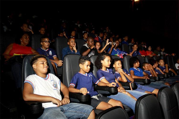 Para muitas crianças, essa foi a primeira vez que entraram em uma sala de cinema - Foto: Divulgação l PM