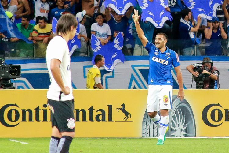 Ramón Ábila celebra 1º gol do Cruzeiro contra o Timão - Foto: Dudu Macedo l Estadão Conteúdo