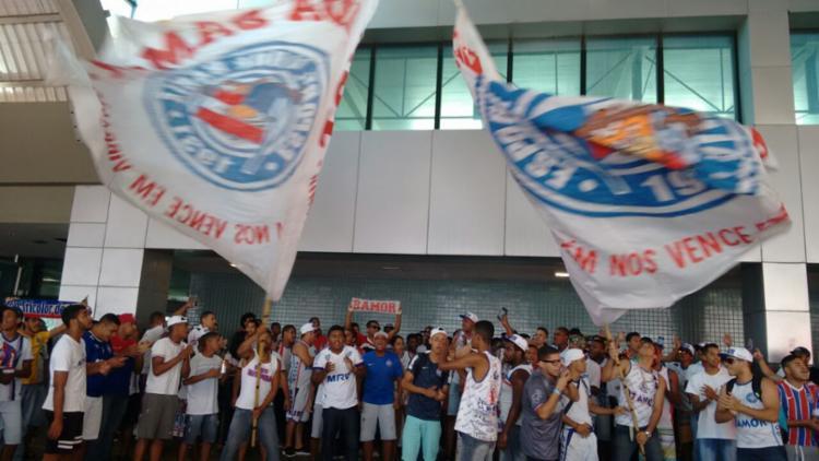 Torcedores do Tricolor fazem festa no Aeroporto Internacional de Salvador - Foto: Luciano da Matta   Ag. A TARDE