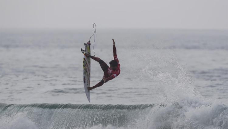 Filipe Toledo voa para avançar à terceira fase - Foto: Poullenot / Aquashot / WSL