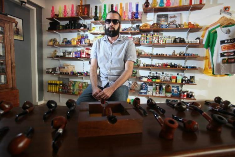 Lucas Nery é um dos sócios da Isso é um cachimbo?, no Rio Vermelho, aberta em maio deste ano - Foto: Lúcio Távora | Ag. A TARDE