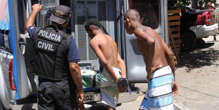 Jovens entram no camburão após serem presos pela polícia - Foto: Divulgação   SSP
