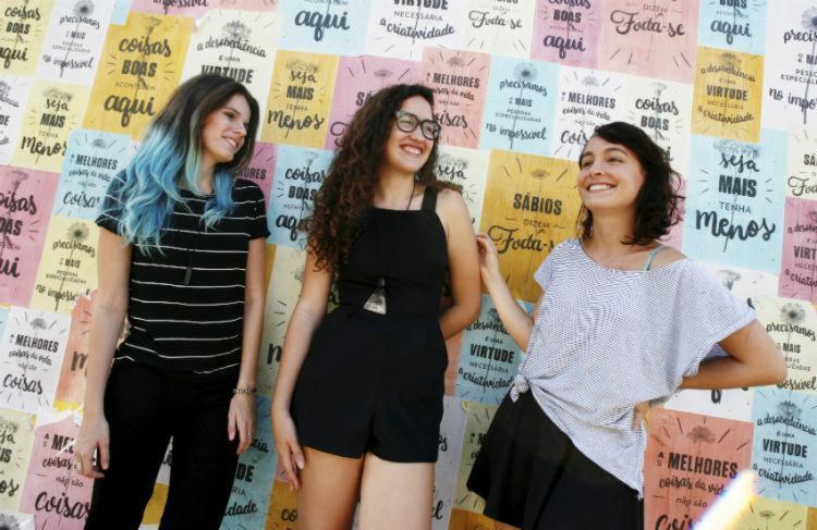 Estudantes de design, Juliana Argollo, Júlia Lago e Luize Araújo criaram um painel no Rio Vermelho - Foto: Mila Cordeiro | Ag. A TARDE