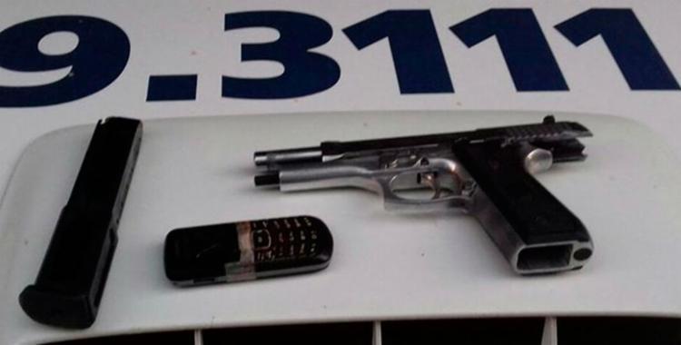 Pistola e munições estavam com suspeito de tráfico morto na ação - Foto: Divulgação | PM
