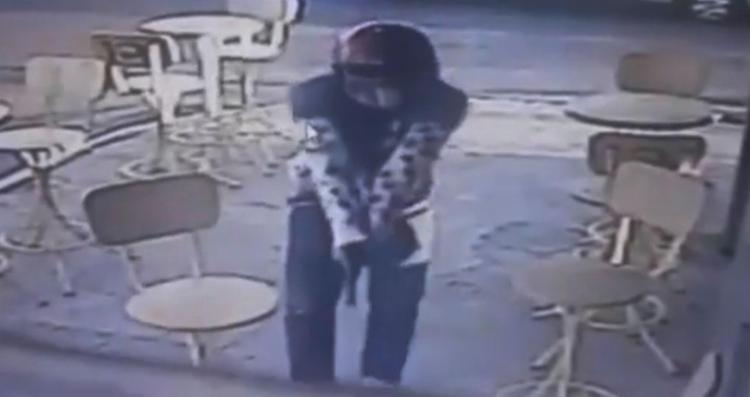 Polícia tenta identificar homicida que estava de capacete - Foto: Reprodução   Youtube