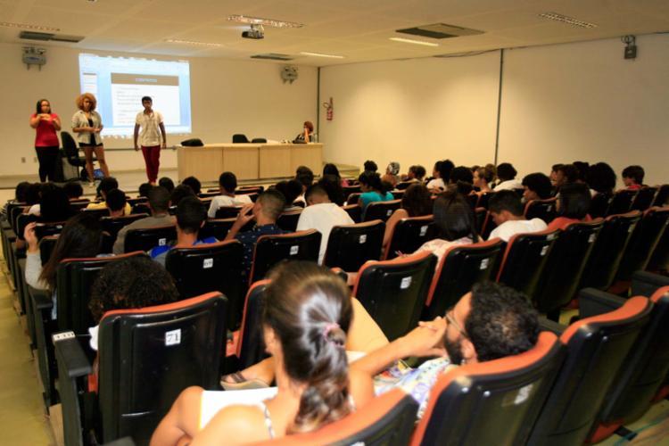 Cerca de 70 jovens foram ao Pavilhão 5, do campus de Ondina. O foco das aulas do grupo foi a área de humanas - Foto: Edilson Lima | Ag. A TARDE