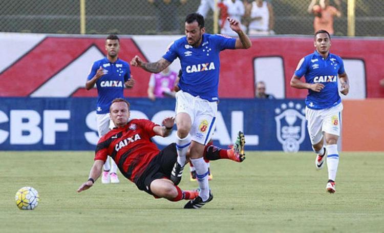Zé Love dá carrinho em jogador do Cruzeiro - Foto: Adilton Venegeroles / Ag. A TARDE