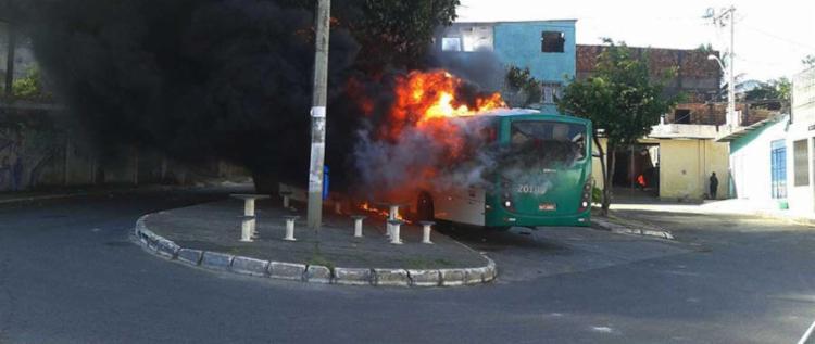 Ônibus foi incendiado por volta das 14h30 - Foto: Cidadão Repórter | WhatsApp
