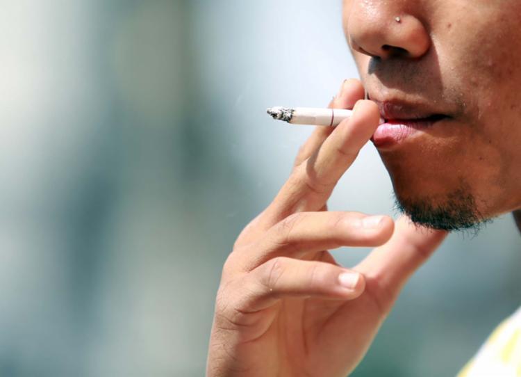 O cigarro leva uma fatia de 1,08% do orçamento mensal das famílias - Foto: Joá Souza | Ag. A TARDE | 29.05.2015