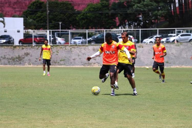 Recuperado, o meia Leandro Domingues (D) treinou forte com o grupo nesta terça-feira, 25 - Foto: Francisco Galvão l EC Vitória