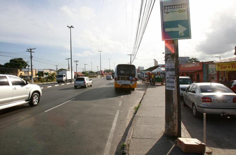 Ponto de ônibus em Portão, onde jovem foi espetada pelo 'maníaco' - Foto: Adilton Venegeroles | Ag. A TARDE