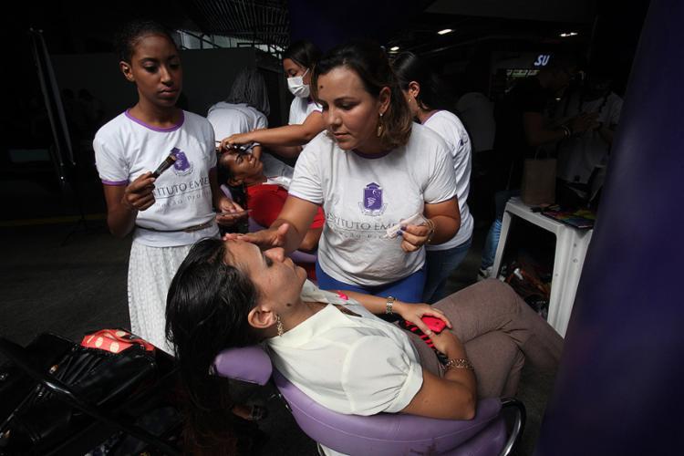 Nesta terça-feira, 25, foi dia de maquiagem, mas o evento vai até sexta, 28, no 1º piso do terminal - Foto: Lúcio Távora l Ag. A TARDE
