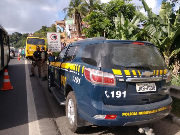 Policiais rodoviários federais estiveram no local para acompanhar o crime - Foto: Edilson Lima | Ag. A TARDE