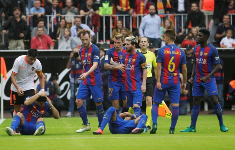 Neymar e Suárez foram atingidos pelo objetos atirados pela torcida do Valencia - Foto: Heino Kalis   Reuters