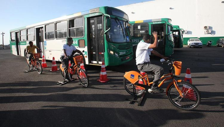 Motoristas treinam usando bicicletas no pátio de empresa em Campinas de Pirajá - Foto: Lúcio Távora l Ag. A TARDE
