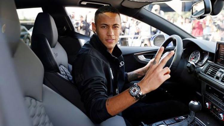 Neymar no novo carro oferecido pela montadora - Foto: Miguel Ruiz | FCB