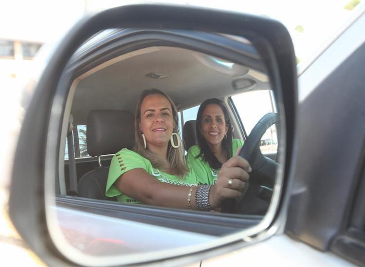 A bordo de uma pick-up, primas Taísa e Flávia vão competir pelo título da categoria Batom 4x4 - Foto: Edilson Lima l Ag. A TARDE