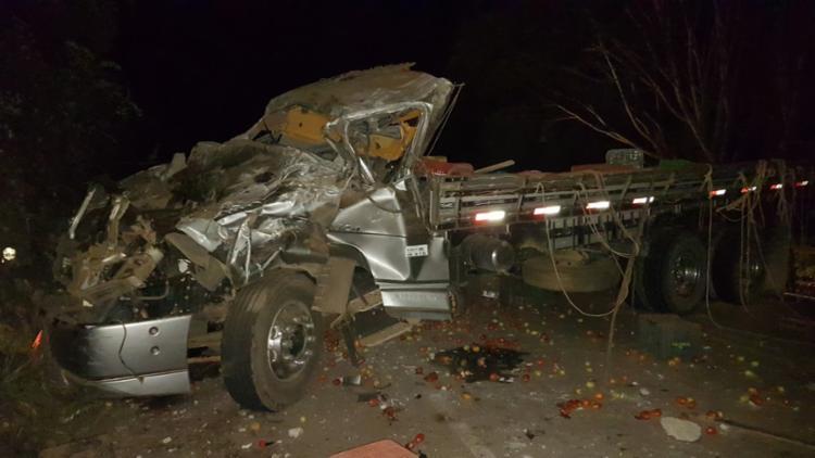 Três pessoas ficam feridas após o capotamento do caminhão - Foto: Reprodução   Augusto Urgente