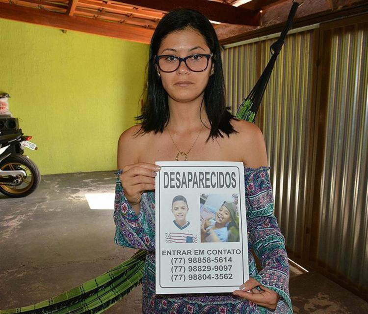 Familiar exibe cartaz com os dois, que dizem ter viajado de carona com um homem - Foto: Anderson Oliveira l Blog do Anderson