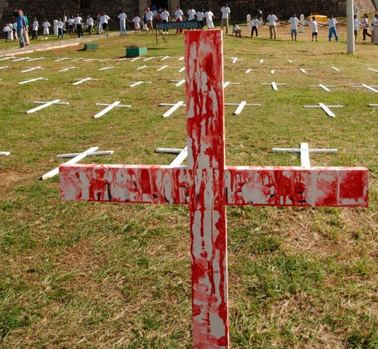 Apenas em 2015, foram mortos violentamente e intencionalmente 58.383 brasileiros - Foto: Carlos Casaes | Ag. A TARDE | 31.07.2002