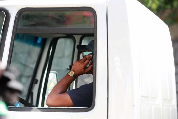 Com a mudança, a multa por falar ou usar aplicativos de celular mais do que triplica - Foto: Joá Souza | Ag. A TARDE