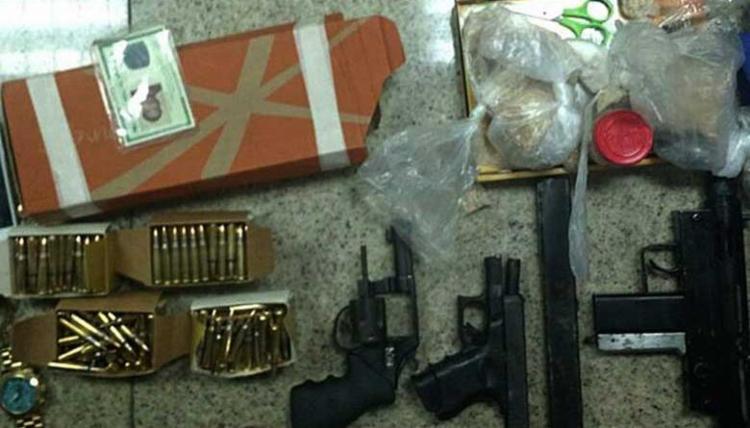 Armas como uma submetralhadora foram encontradas com suspeito - Foto: Divulgação   SSP