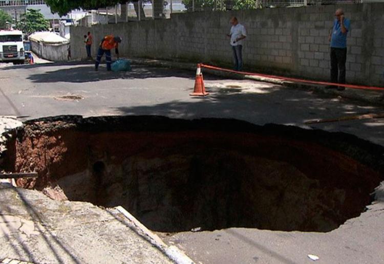 O buraco foi causado pelo rompimento das tubulações das redes de água e de esgoto - Foto: Reprodução | TV Bahia