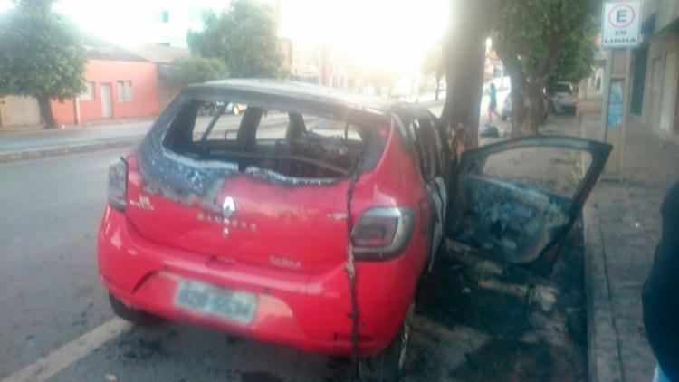 O carro ficou parcialmente destruído - Foto: Reprodução | Blog do Sigi Vilares