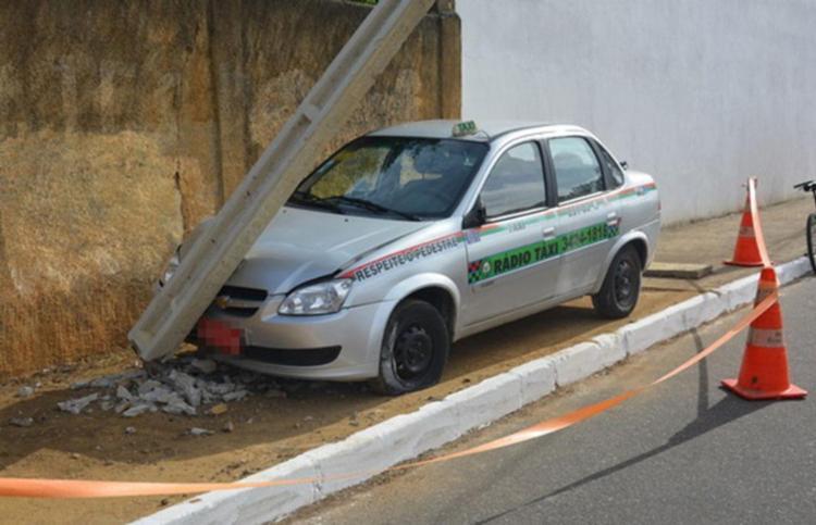 Após ser atingido por golpes de faca, o taxista colidiu com um poste - Foto: Blog do Anderson | Divulgação