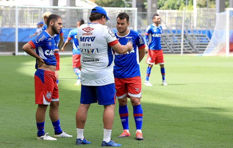 Guto Ferreira conversa com Régis (E) e Cajá em treino - Foto: Felipe Oliveira l EC Bahia