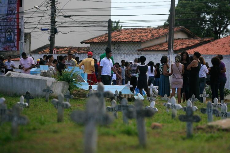 Mais de 100 pessoas foram ao enterro no Cemitério de Brotas - Foto: Edilson Lima