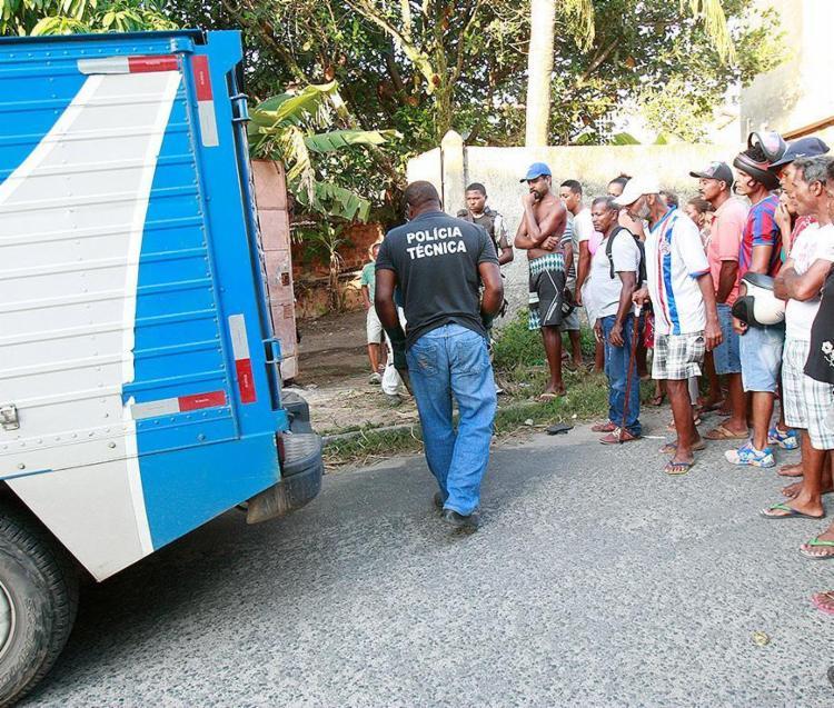 A população não arredou o pé e só saiu quando os agentes do 'rabecao' levaram o corpo de Augusto - Foto: Margarida Neide l Ag. A TARDE