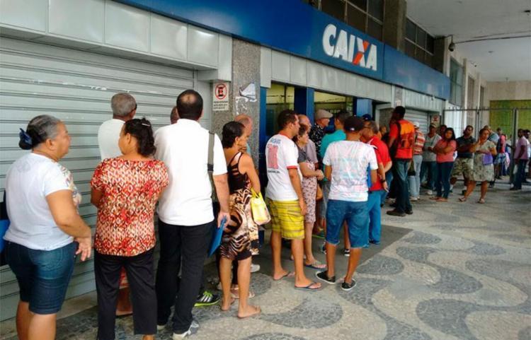 A Caixa teve grande movimento no período de saque do FGTS aos sábados - Foto: Edilson Lima | Ag. A TARDE