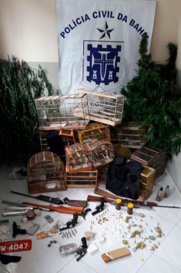 Entre as apreensões estava uma pistola de fabricação tcheca avaliada em R$ 15 mil - Foto: Divulgação | PC