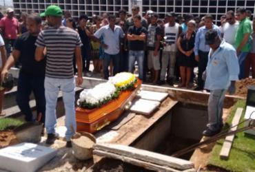 Uma das vítimas da tragédia de farmácia em Camaçari é enterrada
