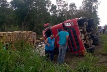Veículo tomba ao tentar evitar colisão no interior da Bahia