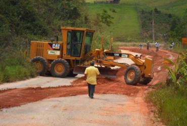 Moradores do sudoeste baiano se unem em mutirão para tapar buracos na BA 262