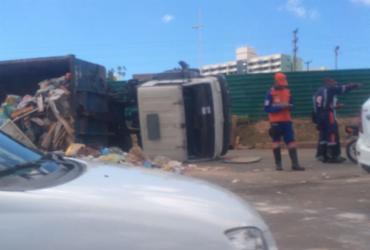 Caminhão vira e congestiona trânsito na avenida Paralela