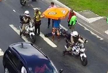 Motociclista fica ferido após moto colidir em carro na Juracy Magalhães