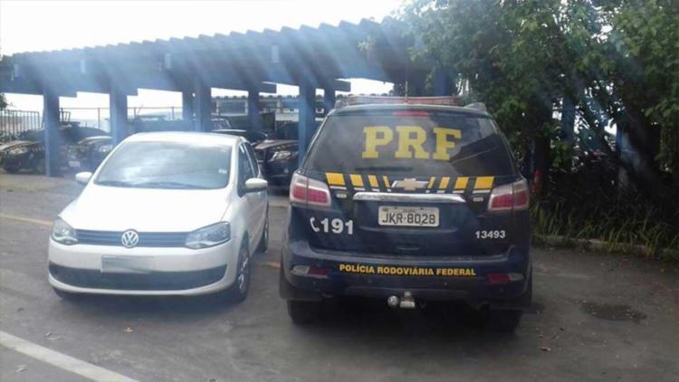 O carro foi abandonado com a chave na ignição e ninguém ainda foi preso - Foto: PRF   Divulgação