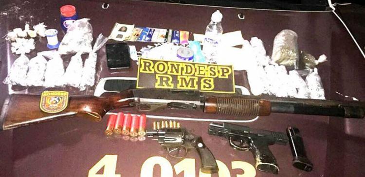 A PM apreendeu com o trio uma espingarda calibre 12, uma pistola .40, um revólver calibre 38, munições e drogas - Foto: Divulgação l PM-BA
