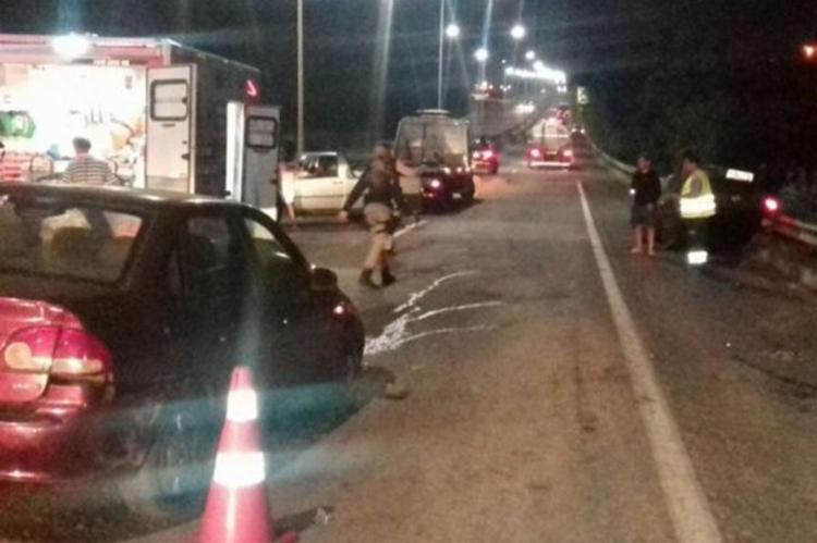 Os carros bateram ao derraparem na areia espalhada na pista pelos manifestantes - Foto: Reprodução | Site: Candeias Mix
