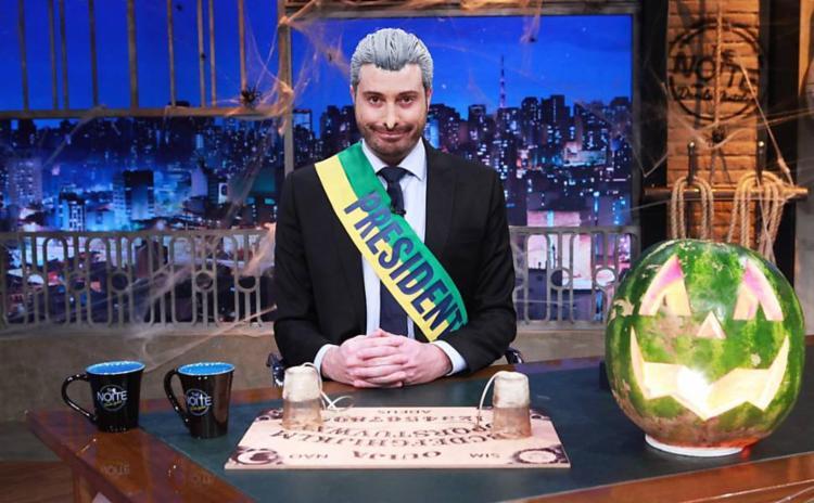 Com uma faixa presidencial, nariz postiço e cabelos brancos, Gentili recebeu convidados - Foto: Reprodução