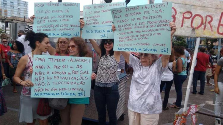 Grupo com cartazes de reivindicações 'Fora Temer' - Foto: Ana Paula Santos | Ag. A TARDE