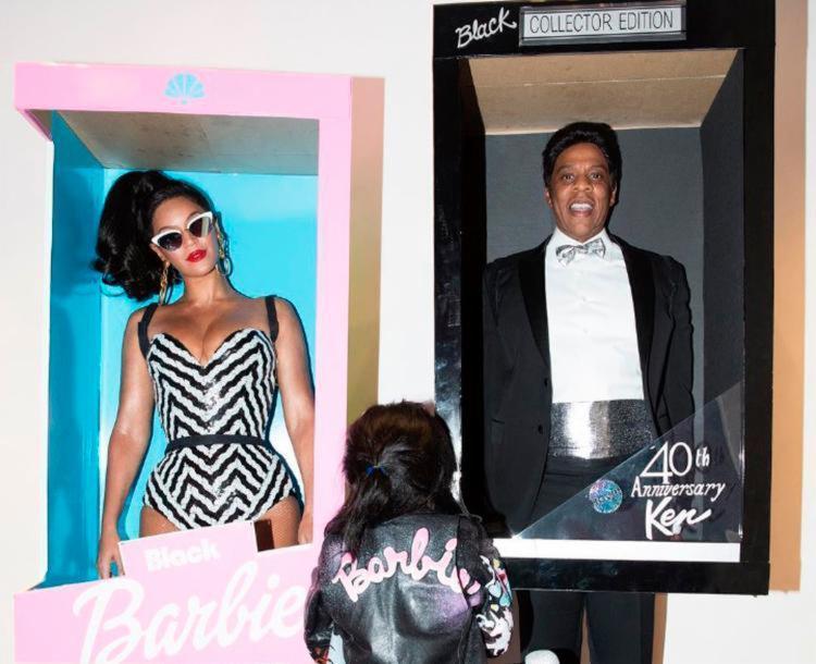 Beyonce e Jay Z 'embalados' numa caixa tradicional dos bonecos ao lado de sua filha Blue Ivy - Foto: Reprodução | Instagram