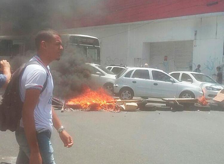 Manifestação bloqueartam via em Água de Meninos - Foto: Danilo Lima   Cidadão Repórter   Via WhatsApp